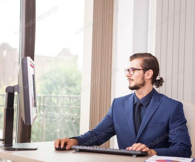 https://disg-training.de/wp-content/uploads/2019/04/Manager-in-suit-working-at-his-computer-next-to-a-glass-window-640x533.jpg